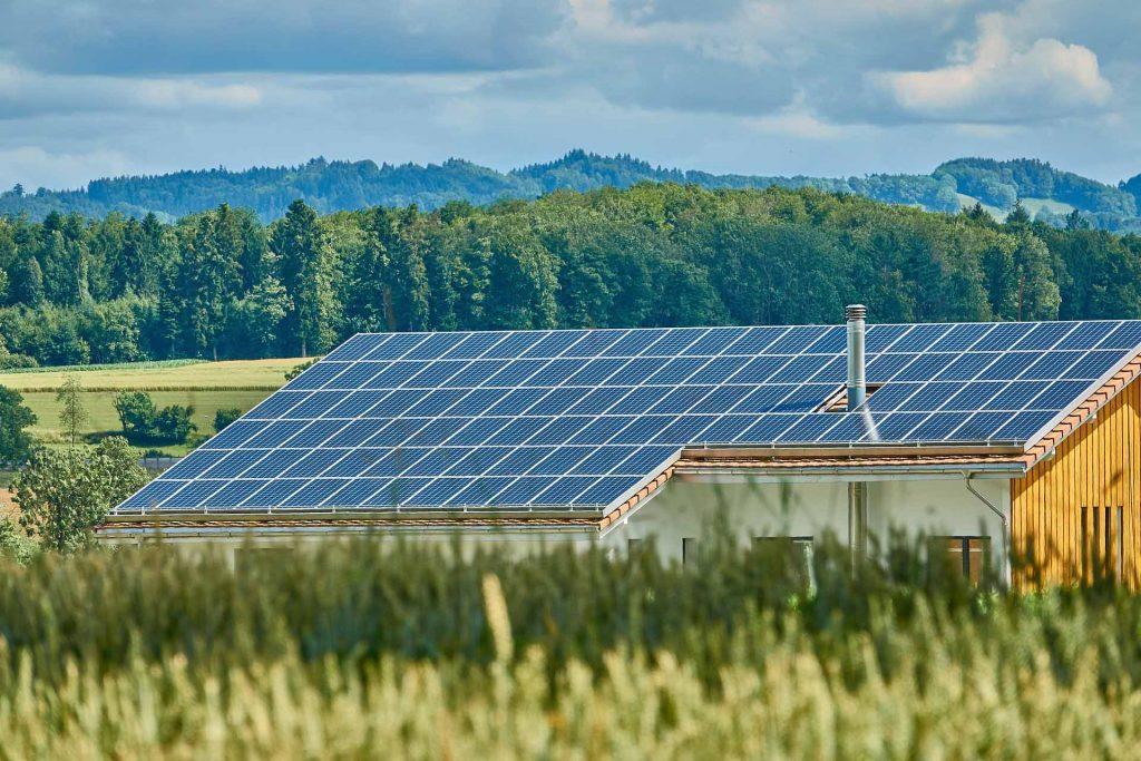 La imagen tiene un atributo ALT vacío; su nombre de archivo es ejemplo-de-instalacion-solar-en-casa-aislada-1024x683.jpg